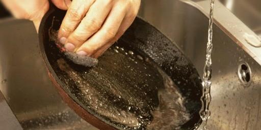 Очистка чугунной сковороды