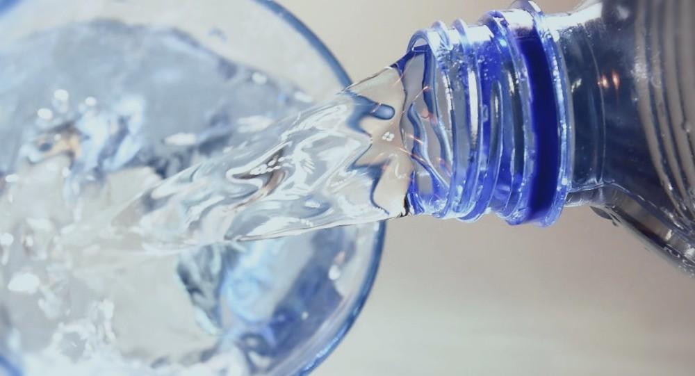 Бутылка и стакан воды