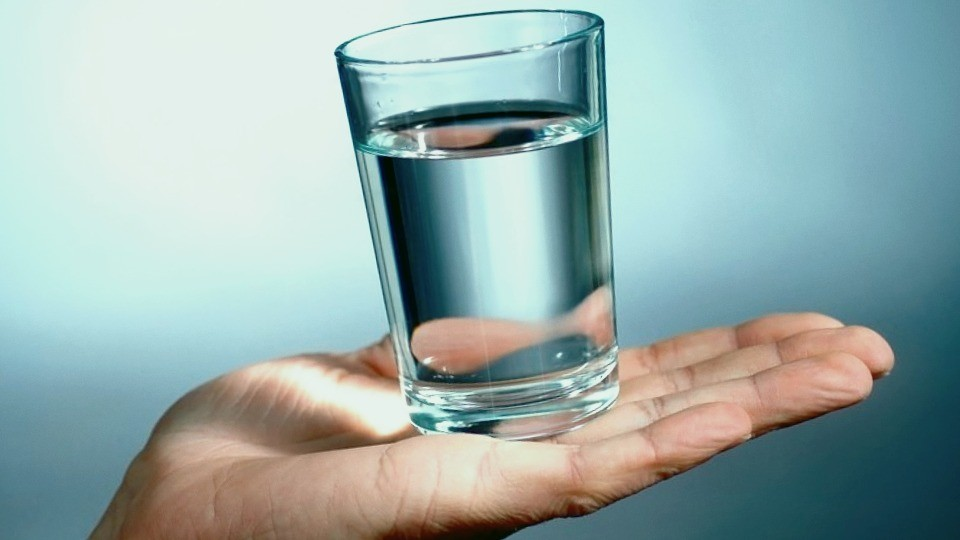 Стакан воды на руке